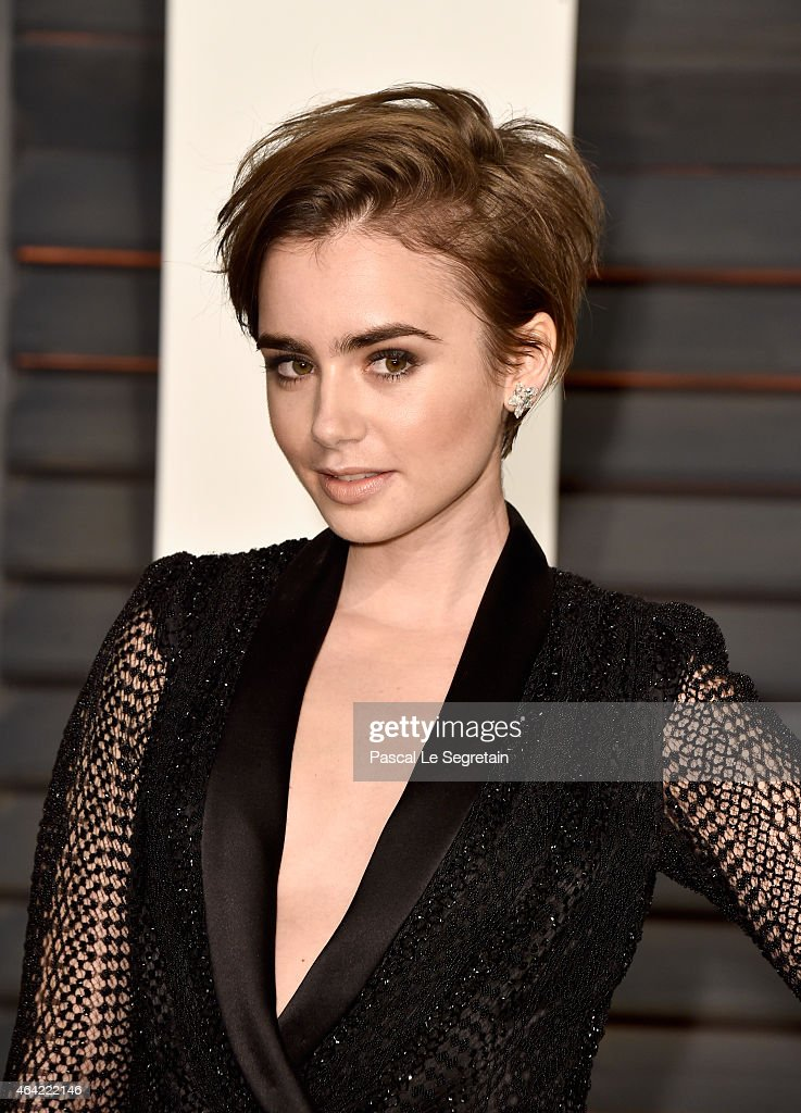 Actress <a gi-track='captionPersonalityLinkClicked' href=/galleries/search?phrase=Lily+Collins&family=editorial&specificpeople=3520243 ng-click='$event.stopPropagation()'>Lily Collins</a> attends the 2015 Vanity Fair Oscar Party hosted by Graydon Carter at Wallis Annenberg Center for the Performing Arts on February 22, 2015 in Beverly Hills, California.