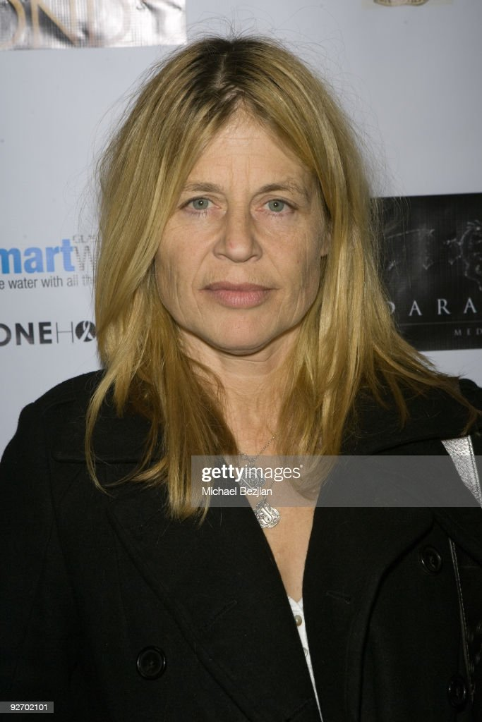 Actress <a gi-track='captionPersonalityLinkClicked' href=/galleries/search?phrase=Linda+Hamilton&family=editorial&specificpeople=240480 ng-click='$event.stopPropagation()'>Linda Hamilton</a> arrives at the premiere of 'The Black Waters of Echo's Pond' on November 3, 2009 in Los Angeles, California.