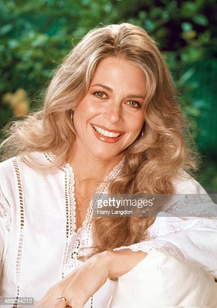 Actress Lindsay Wagner poses for a portrait in 1982 in Los Angeles California