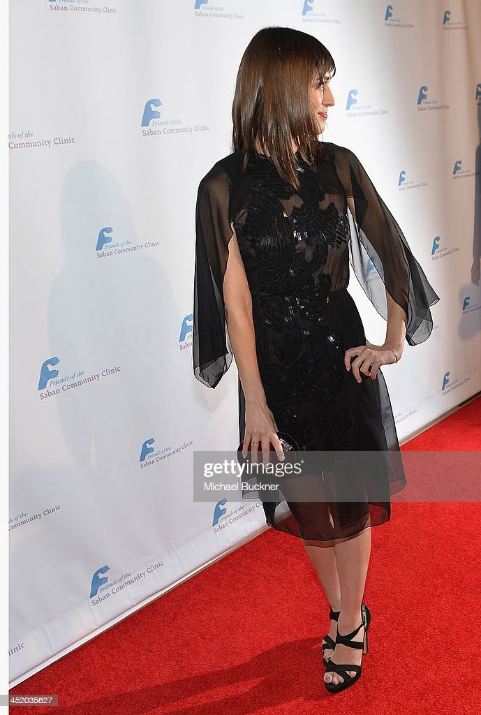 Actress <a gi-track='captionPersonalityLinkClicked' href=/galleries/search?phrase=Lizzy+Caplan&family=editorial&specificpeople=599560 ng-click='$event.stopPropagation()'>Lizzy Caplan</a> arrives at the 37th Annual Saban Community Clinic Gala at The Beverly Hilton Hotel on November 25, 2013 in Beverly Hills, California.