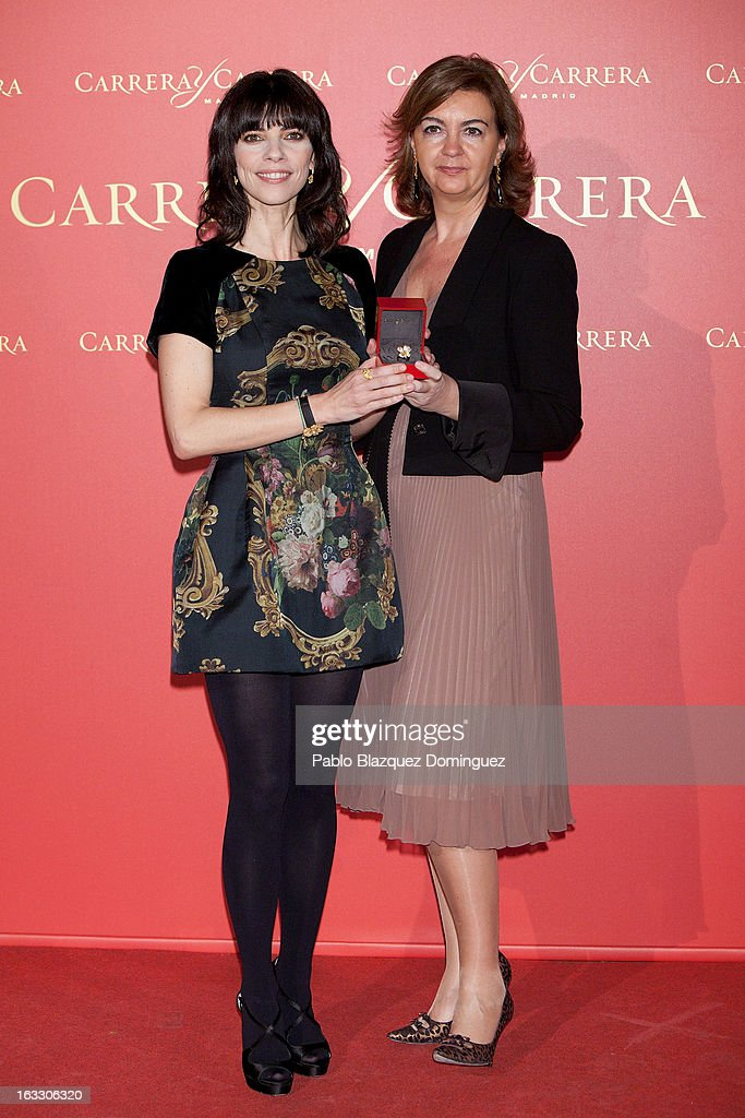 Actress <a gi-track='captionPersonalityLinkClicked' href=/galleries/search?phrase=Maribel+Verdu&family=editorial&specificpeople=609050 ng-click='$event.stopPropagation()'>Maribel Verdu</a> (L) receives the award at 'Maja de los Goya Awards 2012' in Fernan Nunez Palace on March 7, 2013 in Madrid, Spain.