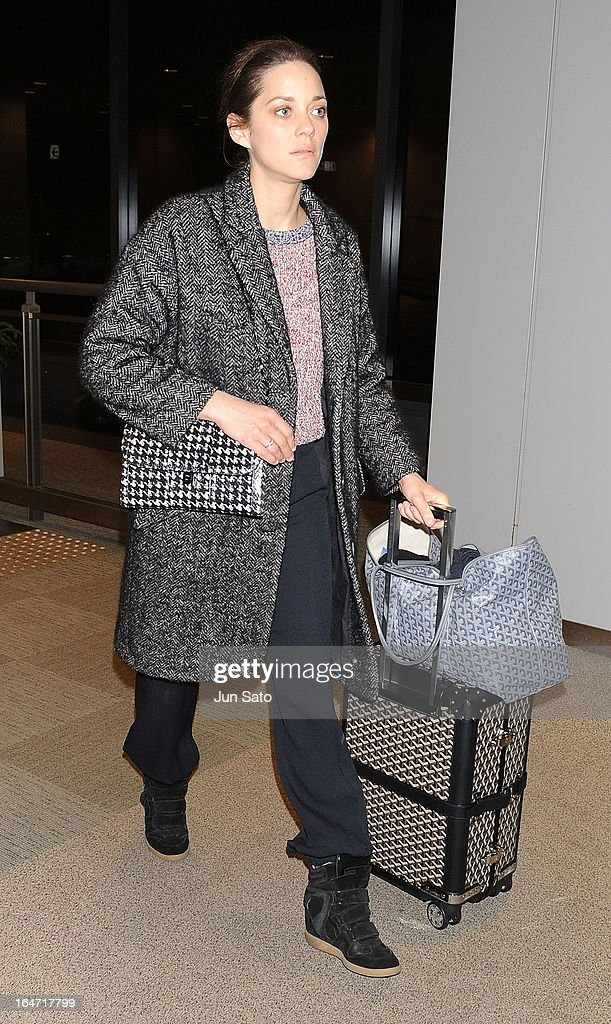 Actress <a gi-track='captionPersonalityLinkClicked' href=/galleries/search?phrase=Marion+Cotillard&family=editorial&specificpeople=215303 ng-click='$event.stopPropagation()'>Marion Cotillard</a> seen at Narita International Airport on March 27, 2013 in Narita, Japan.