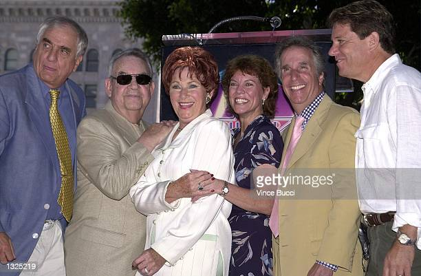 Actress Marion Ross center is joined by director Garry Marshall left and fellow 'Happy Days' cast members Tom Bosley Erin Moran Henry Winkler and...