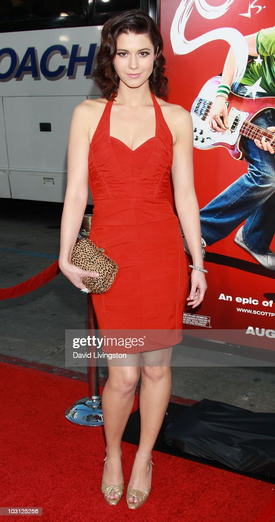 Actress <a gi-track='captionPersonalityLinkClicked' href=/galleries/search?phrase=Mary+Elizabeth+Winstead&family=editorial&specificpeople=782914 ng-click='$event.stopPropagation()'>Mary Elizabeth Winstead</a> attends the premiere of Universal Pictures' 'Scott Pilgrim vs. the World' at Grauman's Chinese Theatre on July 27, 2010 in Hollywood, California.