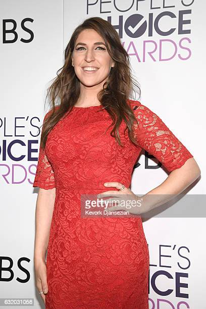 Actress Mayim Bialik winner of the Favorite TV Show Award and Favorite Network TV Comedy Award 'The Big Bang Theory' poses in the press room during...