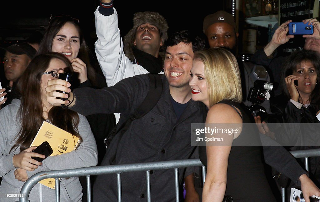 Actress Melissa Joan Hart pose with the fans at the DGA Honors Gala 2015 at the DGA Theater on October 15, 2015 in New York City.