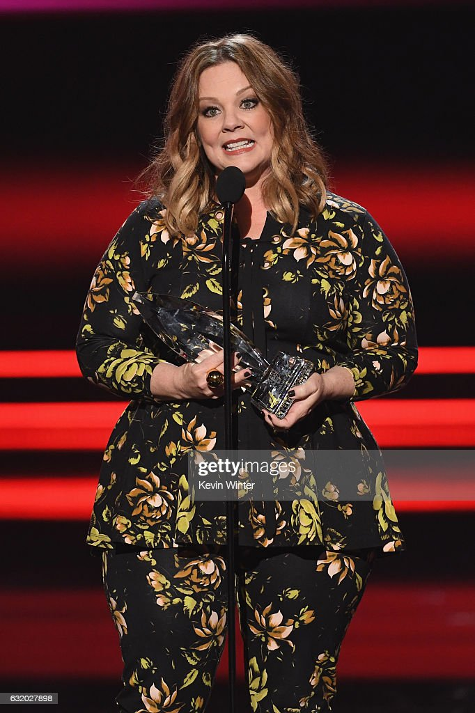actress-melissa-mccarthy-accepts-favorite-comedic-movie-actress-the-picture-id632027898