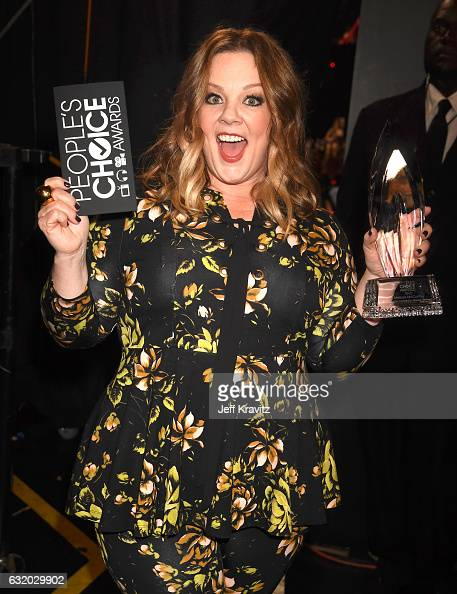 Actress Melissa McCarthy poses with an award backstage during the People's Choice Awards 2017 at Microsoft Theater on January 18 2017 in Los Angeles...