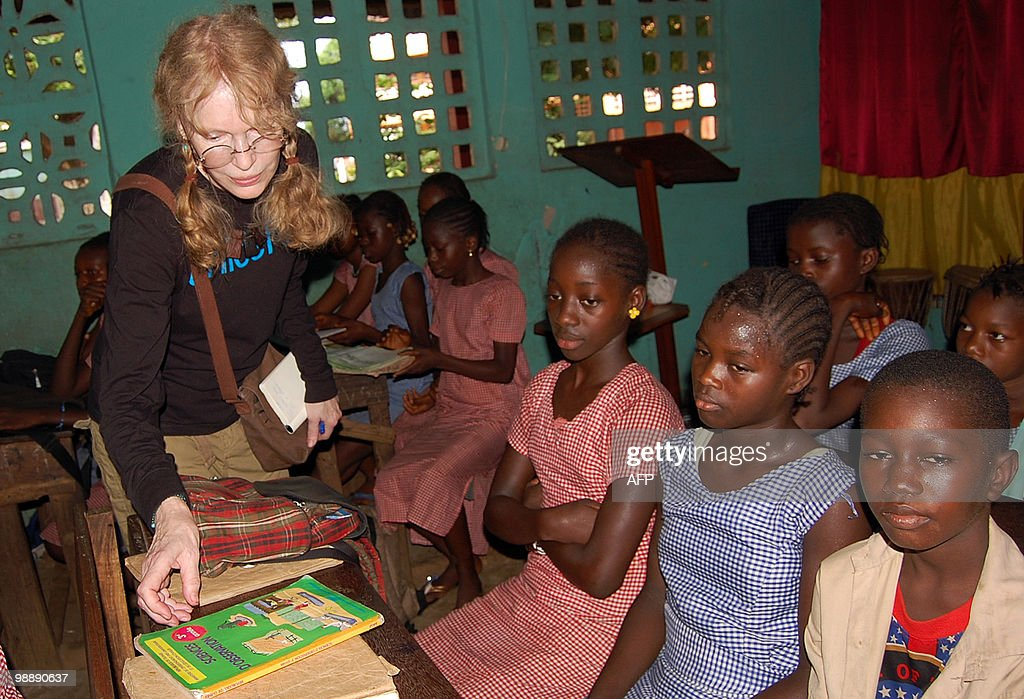 US actress Mia Farrow (L) humanitarian and volunteer UNICEF Ambassador visits a school on May 6, 2010 in Conakry. Farrow is on a 5 day visit to Guinea before next month's elections. AFP PHOTO / CELLOU DIALLO