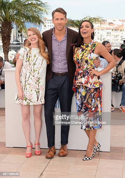 Actress Mireille Enos actor Ryan Reynolds and Rosario Dawson attend 'Captives' photocall at the 67th Annual Cannes Film Festival on May 16 2014 in...