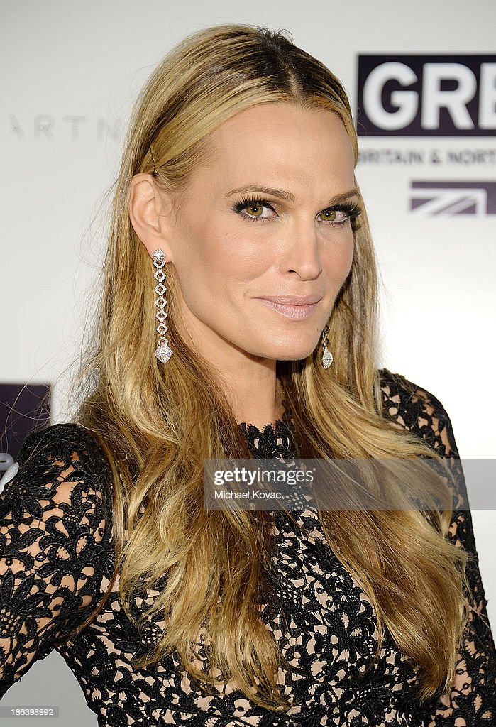 Actress <a gi-track='captionPersonalityLinkClicked' href=/galleries/search?phrase=Molly+Sims&family=editorial&specificpeople=202547 ng-click='$event.stopPropagation()'>Molly Sims</a> arrives at the Fourth Annual Autumn Party With Stella McCartney on October 30, 2013 in Los Angeles, California.