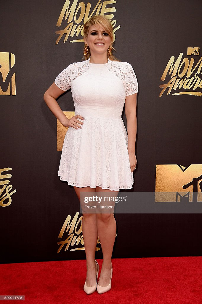 actress-molly-tarlov-attends-the-2016-mtv-movie-awards-at-warner-bros-picture-id520044728