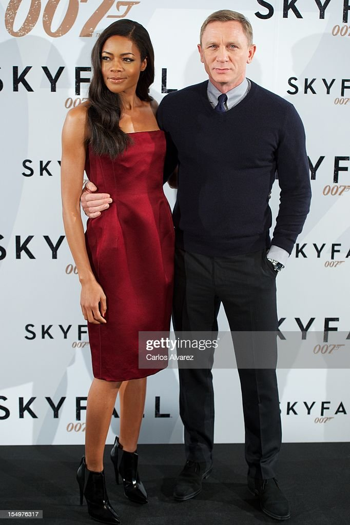 Actress <a gi-track='captionPersonalityLinkClicked' href=/galleries/search?phrase=Naomie+Harris&family=editorial&specificpeople=238918 ng-click='$event.stopPropagation()'>Naomie Harris</a> and actor Daniel Craig attend the 'Skyfall' photocall at the Villamagna Hotel on October 29, 2012 in Madrid, Spain.
