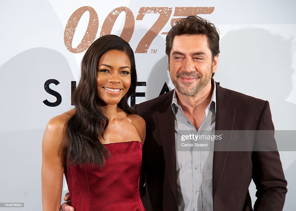 Actress <a gi-track='captionPersonalityLinkClicked' href=/galleries/search?phrase=Naomie+Harris&family=editorial&specificpeople=238918 ng-click='$event.stopPropagation()'>Naomie Harris</a> and Spanish actor <a gi-track='captionPersonalityLinkClicked' href=/galleries/search?phrase=Javier+Bardem&family=editorial&specificpeople=209334 ng-click='$event.stopPropagation()'>Javier Bardem</a> attend the 'Skyfall' photocall at the Villamagna Hotel on October 29, 2012 in Madrid, Spain.