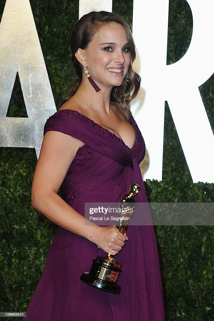 Actress <a gi-track='captionPersonalityLinkClicked' href=/galleries/search?phrase=Natalie+Portman&family=editorial&specificpeople=202035 ng-click='$event.stopPropagation()'>Natalie Portman</a> arrives at the Vanity Fair Oscar party hosted by Graydon Carter held at Sunset Tower on February 27, 2011 in West Hollywood, California.