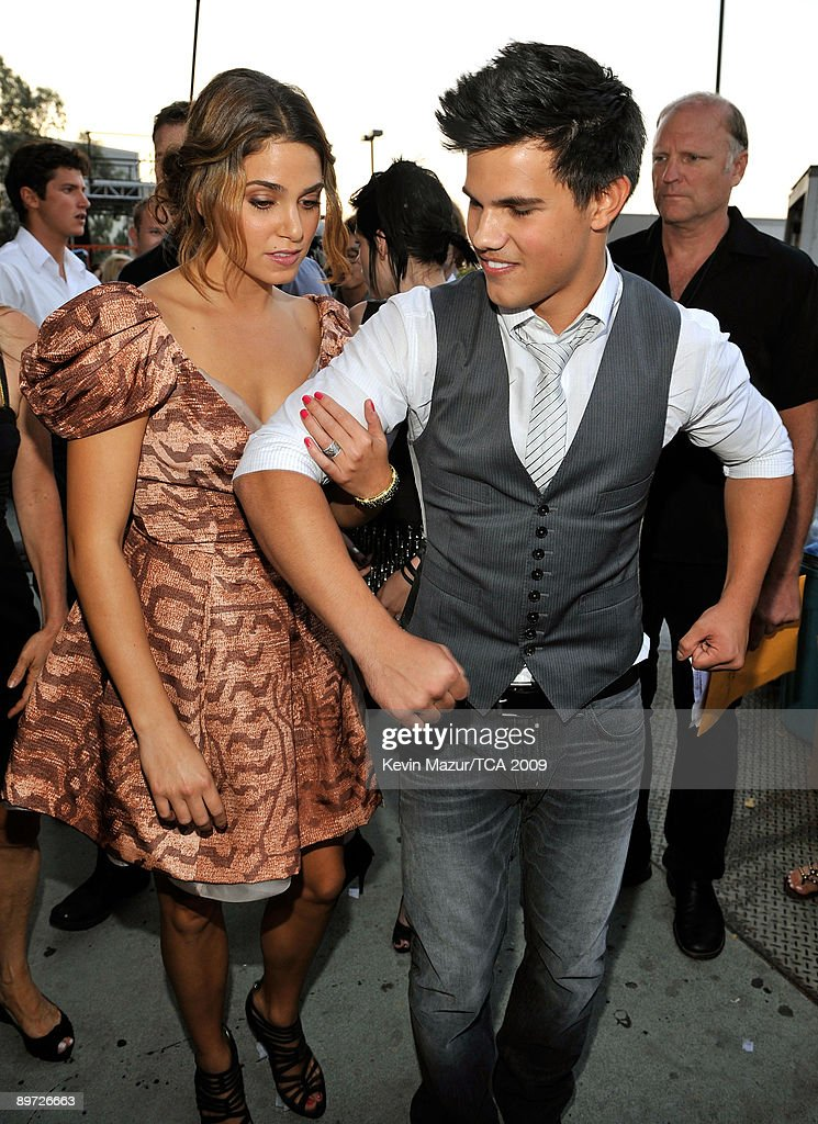 Actress Nikki Reed (L) and actor Taylor Lautner pose during the Teen Choice Awards 2009 held at the Gibson Amphitheatre on August 9, 2009 in Universal City, California.