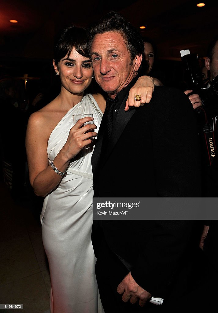 Actress Penelope Cruz and actor Sean Penn attends the 2009 Vanity Fair Oscar party hosted by Graydon Carter at the Sunset Tower Hotel on February 22, 2009 in West Hollywood, California.