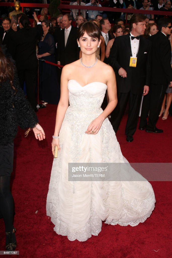 Actress <a gi-track='captionPersonalityLinkClicked' href=/galleries/search?phrase=Penelope+Cruz&family=editorial&specificpeople=171775 ng-click='$event.stopPropagation()'>Penelope Cruz</a> arrives at the 81st Annual Academy Awards held at Kodak Theatre on February 22, 2009 in Los Angeles, California.