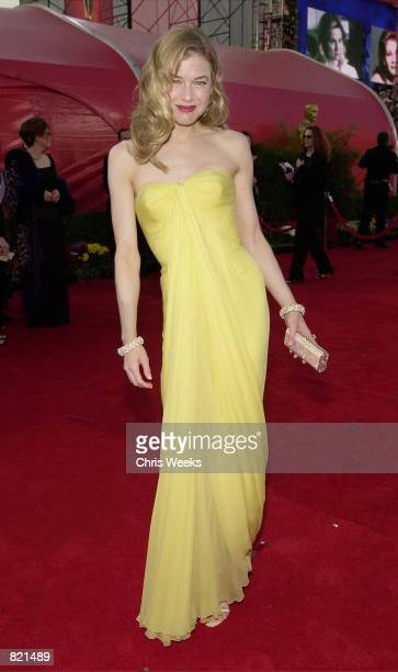 Actress Renee Zellweger arrives for the 73rd Annual Academy Awards March 25 2001 at the Shrine Auditorium in Los Angeles Zellweger is wearing a Jean...