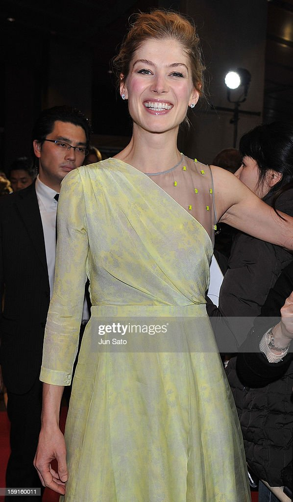 Actress <a gi-track='captionPersonalityLinkClicked' href=/galleries/search?phrase=Rosamund+Pike&family=editorial&specificpeople=208910 ng-click='$event.stopPropagation()'>Rosamund Pike</a> attends the 'Jack Reacher' Japan Premiere at Tokyo International Forum on January 9, 2013 in Tokyo, Japan.