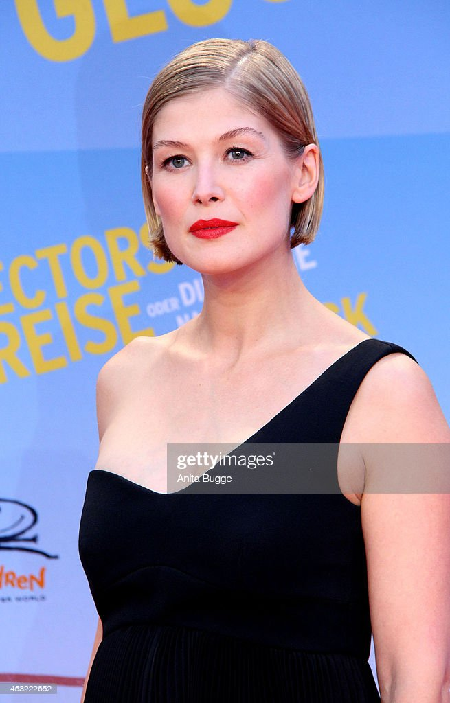 Actress <a gi-track='captionPersonalityLinkClicked' href=/galleries/search?phrase=Rosamund+Pike&family=editorial&specificpeople=208910 ng-click='$event.stopPropagation()'>Rosamund Pike</a> attends the premiere of the film 'Hector and the Search for Happiness' (German title: 'Hectors Reise') at Zoo Palast on August 5, 2014 in Berlin, Germany.