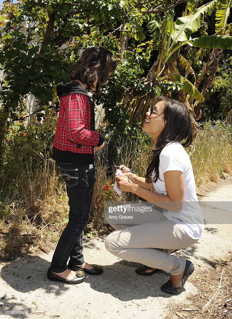 Actress Rosario Dawson (R) greets a child attending the Environmental Media Association and Yes to Carrots Garden Luncheon at The Learning Garden at Venice High School on May 26, 2010 in Venice, California.