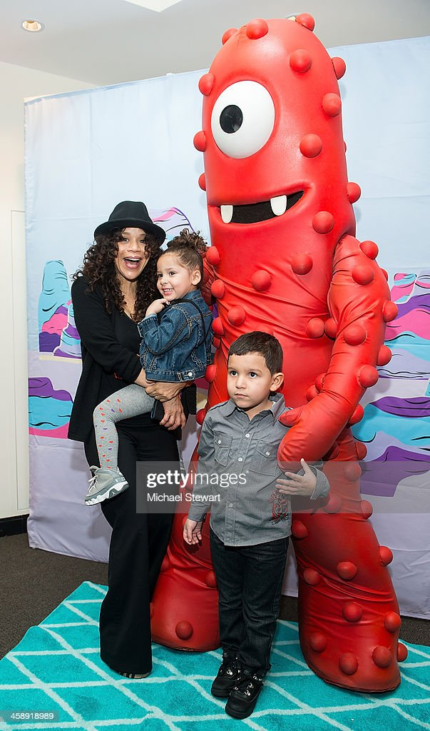 Actress <a gi-track='captionPersonalityLinkClicked' href=/galleries/search?phrase=Rosie+Perez&family=editorial&specificpeople=171833 ng-click='$event.stopPropagation()'>Rosie Perez</a> (L) with children attend 'Yo Gabba Gabba! Live!' at The Beacon Theatre on December 22, 2013 in New York City.