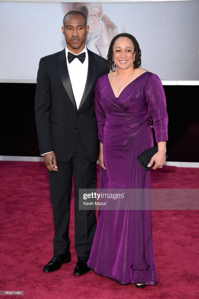 Actress S. Epatha Merkerson (R) and guest arrive at the Oscars held at Hollywood & Highland Center on February 24, 2013 in Hollywood, California.