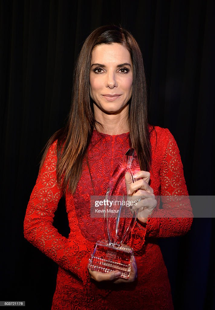 Actress Sandra Bullock poses with her Favorite Movie Actress award at the People's Choice Awards 2016 at Microsoft Theater on January 6, 2016 in Los Angeles, California.