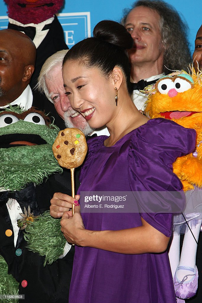 Actress <a gi-track='captionPersonalityLinkClicked' href=/galleries/search?phrase=Sandra+Oh&family=editorial&specificpeople=203096 ng-click='$event.stopPropagation()'>Sandra Oh</a> (C) and the cast of Sesame Street pose in the press room during the 36th Annual Daytime Emmy Awards at The Orpheum Theatre on August 30, 2009 in Los Angeles, California.