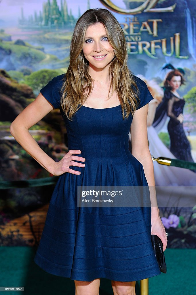 Actress <a gi-track='captionPersonalityLinkClicked' href=/galleries/search?phrase=Sarah+Chalke&family=editorial&specificpeople=213213 ng-click='$event.stopPropagation()'>Sarah Chalke</a> arrives at the Los Angeles Premiere of 'Oz The Great and Powerful' at the El Capitan Theatre on February 13, 2013 in Hollywood, California.