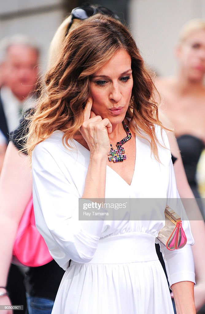 Actress <a gi-track='captionPersonalityLinkClicked' href=/galleries/search?phrase=Sarah+Jessica+Parker&family=editorial&specificpeople=201693 ng-click='$event.stopPropagation()'>Sarah Jessica Parker</a> on location at the 'Sex And The City 2' film set at Bergdorf Goodman on September 09, 2009 in New York City.
