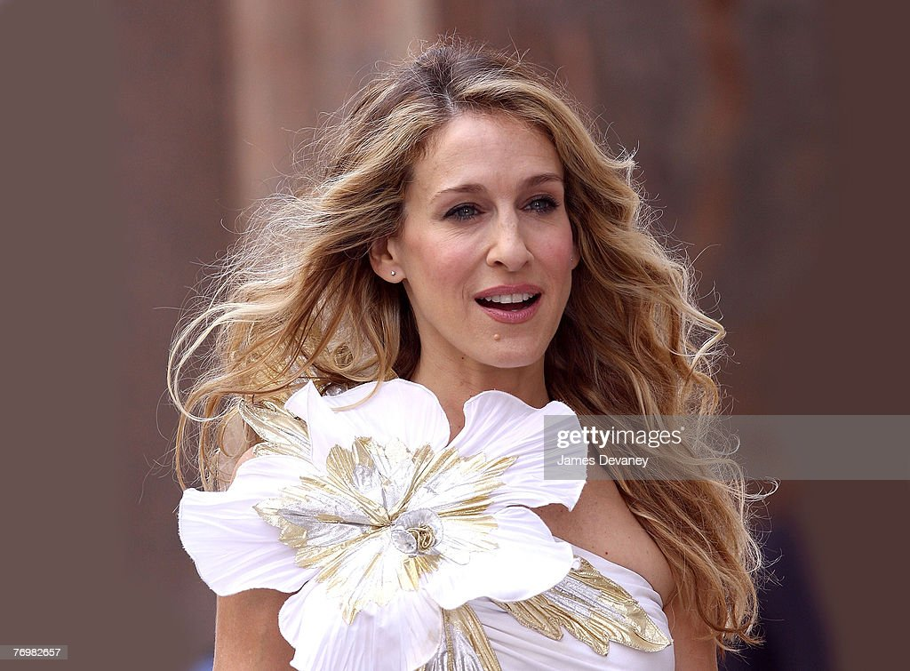 Actress <a gi-track='captionPersonalityLinkClicked' href=/galleries/search?phrase=Sarah+Jessica+Parker&family=editorial&specificpeople=201693 ng-click='$event.stopPropagation()'>Sarah Jessica Parker</a> on the set of 'Sex in The City: The Movie' September 21, 2007 in New York City.