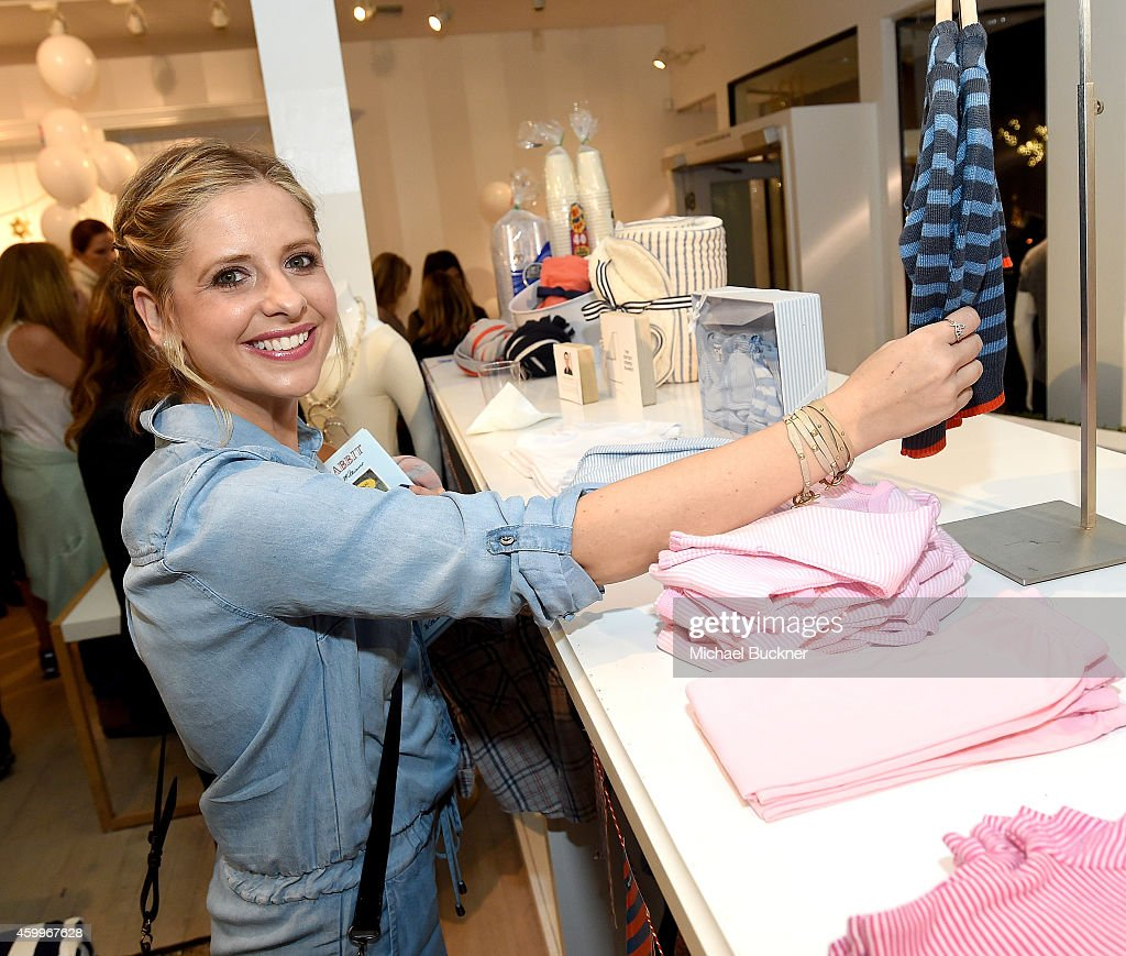 Actress Sarah Michelle Gellar attends the Splendid Holiday Book Drive KickOff with Milk and Bookies at the Splendid Boutique on December 4 2014 in...