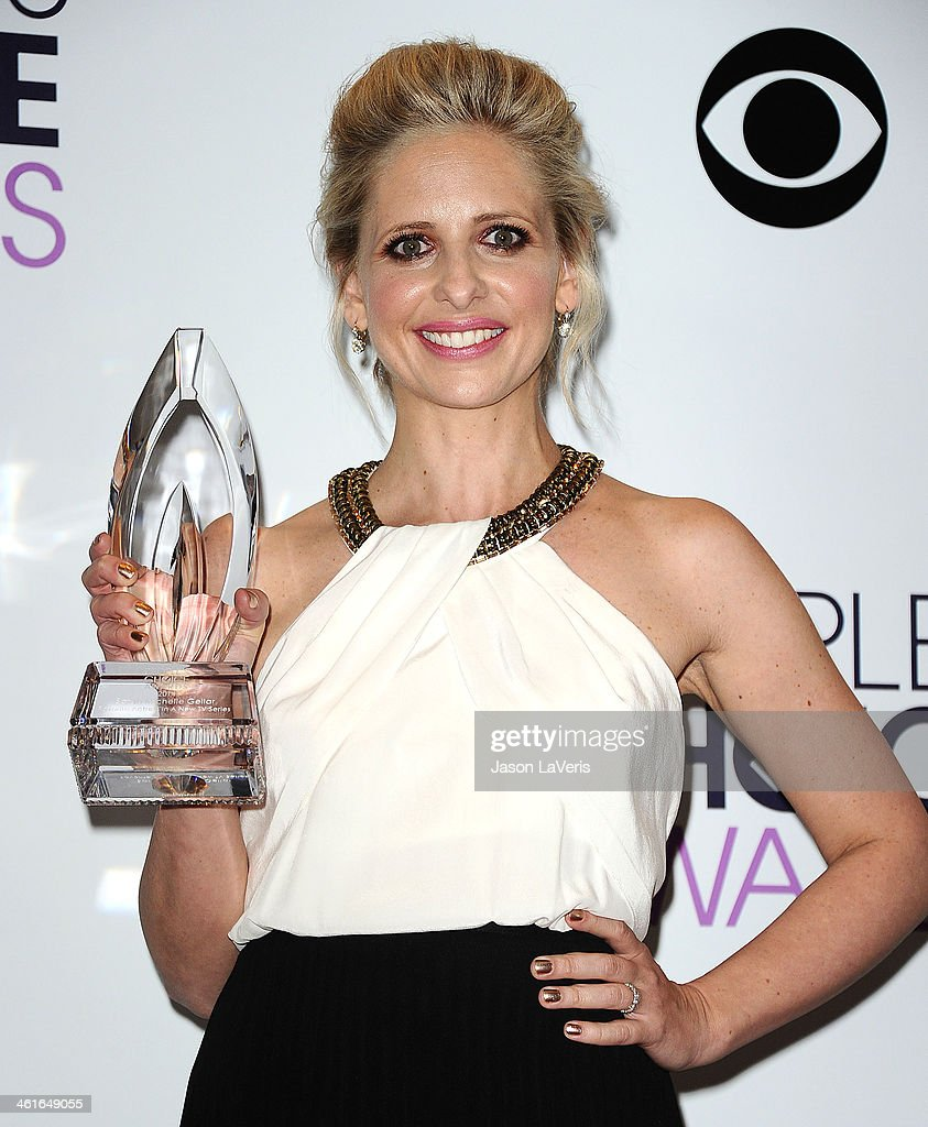 Actress Sarah Michelle Gellar poses in the press room at the 40th annual People's Choice Awards at Nokia Theatre LA Live on January 8 2014 in Los...