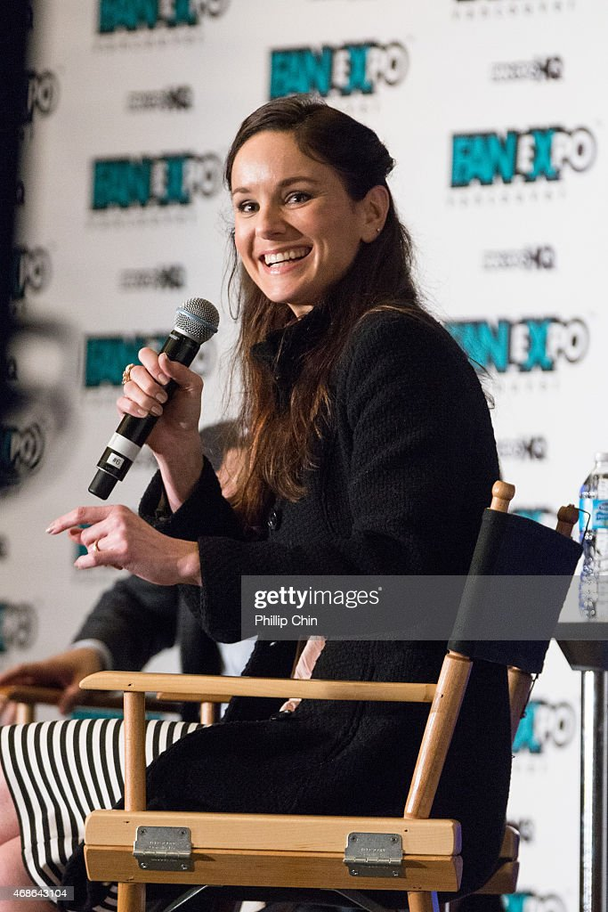 Actress <a gi-track='captionPersonalityLinkClicked' href=/galleries/search?phrase=Sarah+Wayne+Callies&family=editorial&specificpeople=607272 ng-click='$event.stopPropagation()'>Sarah Wayne Callies</a> attends the celebrity Q&A session at 'Fan Expo Vancouver 2015' at the Vancouver Convention Centre on April 4, 2015 in Vancouver, Canada.