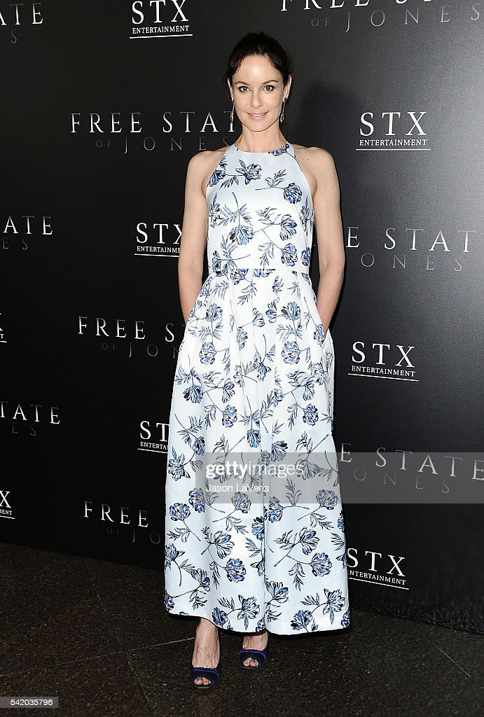 Actress <a gi-track='captionPersonalityLinkClicked' href=/galleries/search?phrase=Sarah+Wayne+Callies&family=editorial&specificpeople=607272 ng-click='$event.stopPropagation()'>Sarah Wayne Callies</a> attends the premiere of 'Free State of Jones' at DGA Theater on June 21, 2016 in Los Angeles, California.