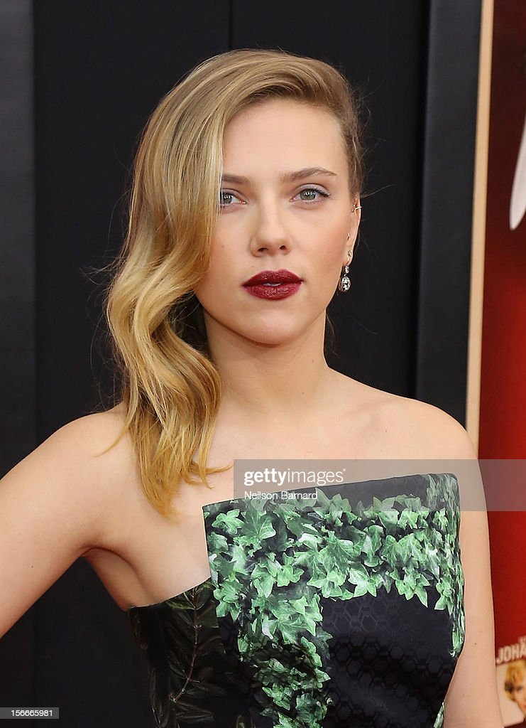 Actress Scarlett Johansson attends the 'Hitchcock' New York Premiere at Ziegfeld Theater on November 18, 2012 in New York City.