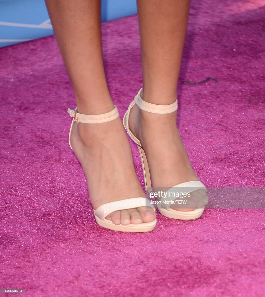 Actress Selena Gomez (fashion detail) arrives at the 2012 Teen Choice Awards at Gibson Amphitheatre on July 22, 2012 in Universal City, California.