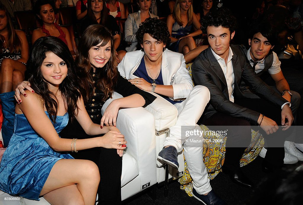 LOS ANGELES CA AUGUST 03 Actress Selena Gomez singer Demi Lovato and recording artists The Jonas Brothers during the 2008 Teen Choice Awards at...