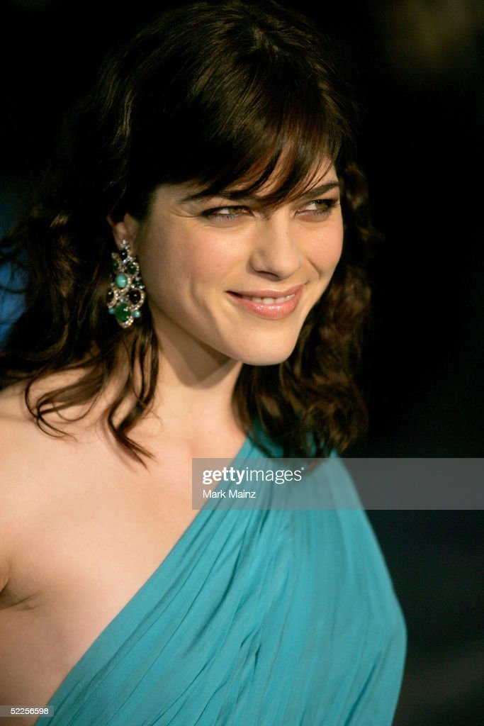 Actress Selma Blair arrives at the Vanity Fair Oscar Party at Mortons on February 27, 2005 in West Hollywood, California.