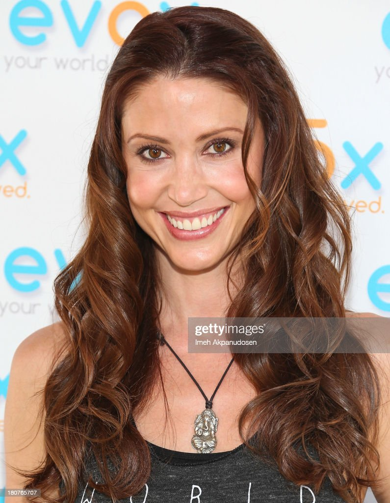 Actress <a gi-track='captionPersonalityLinkClicked' href=/galleries/search?phrase=Shannon+Elizabeth&family=editorial&specificpeople=201622 ng-click='$event.stopPropagation()'>Shannon Elizabeth</a> attends the green carpet launch for the Evox TV debut of Ed Begley's new family show, 'On Begley Street' on September 15, 2013 in Pasadena, California.