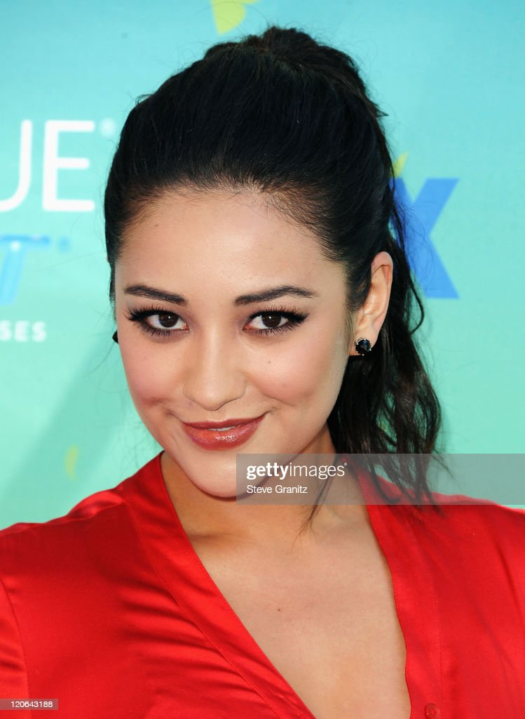 Actress Shay Mitchell arrives at the 2011 Teen Choice Awards held at the Gibson Amphitheatre on August 7, 2011 in Universal City, California.