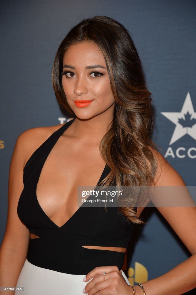 Actress <a gi-track='captionPersonalityLinkClicked' href=/galleries/search?phrase=Shay+Mitchell&family=editorial&specificpeople=6886213 ng-click='$event.stopPropagation()'>Shay Mitchell</a> arrives at the Canadian Screen Awards at Sony Centre for the Performing Arts on March 9, 2014 in Toronto, Canada.