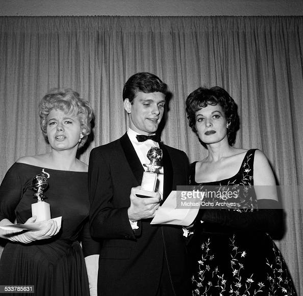 Actress Shelley Winters poses with a Golden Globe along with actor Keir Dullea actress Maureen O'Hara in Los AngelesCA