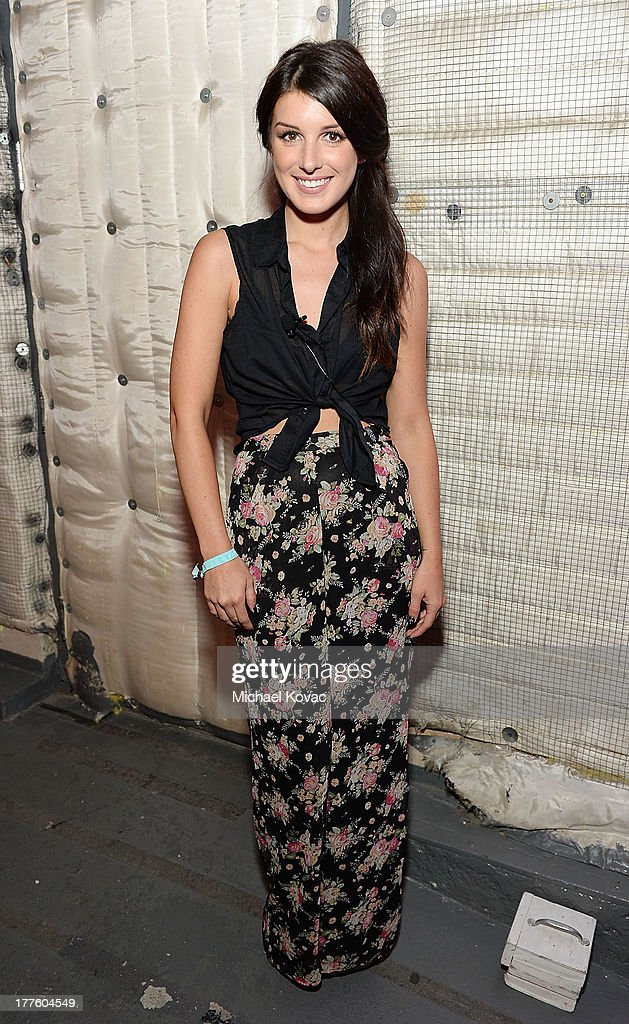 Actress <a gi-track='captionPersonalityLinkClicked' href=/galleries/search?phrase=Shenae+Grimes&family=editorial&specificpeople=2153141 ng-click='$event.stopPropagation()'>Shenae Grimes</a> attends BeautyCon LA, a fashion and beauty summit for the top digital influences online at Siren Studios on August 24, 2013 in Hollywood, California.