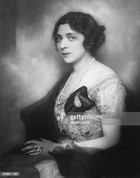 Actress Singer Austria *21031882 nee Friederike Masareck Portrait in an evening dress Vintage property of ullstein bild