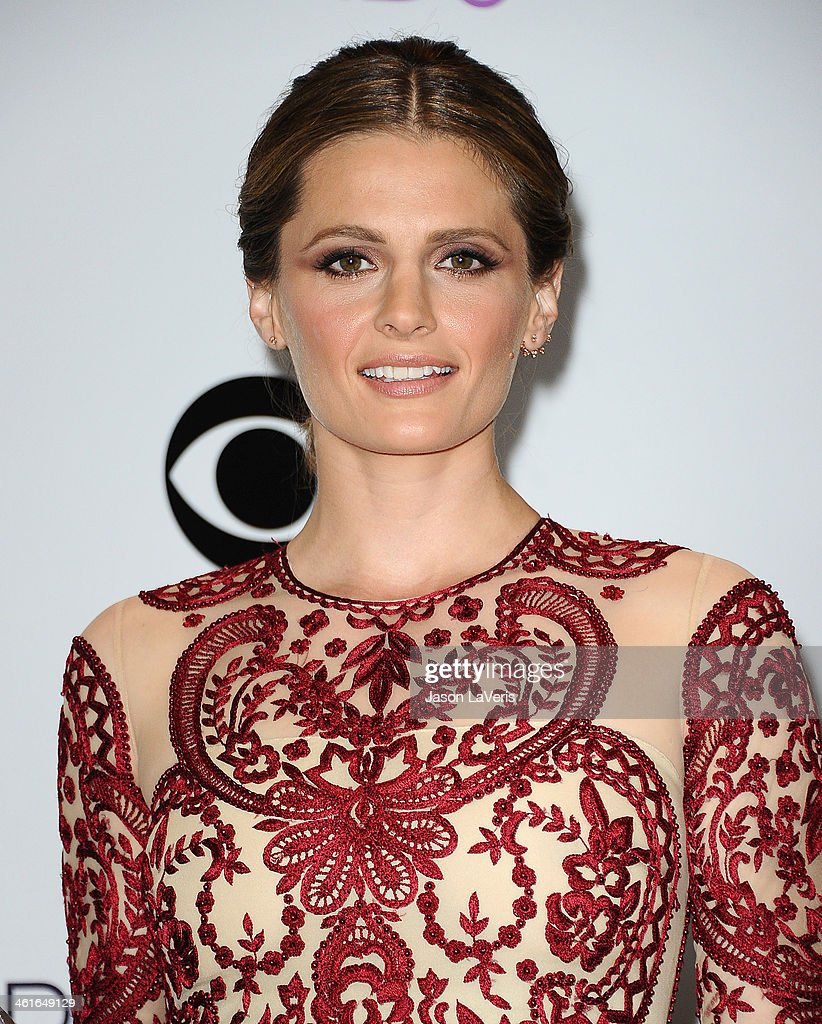Actress <a gi-track='captionPersonalityLinkClicked' href=/galleries/search?phrase=Stana+Katic&family=editorial&specificpeople=2081035 ng-click='$event.stopPropagation()'>Stana Katic</a> poses in the press room at the 40th annual People's Choice Awards at Nokia Theatre L.A. Live on January 8, 2014 in Los Angeles, California.