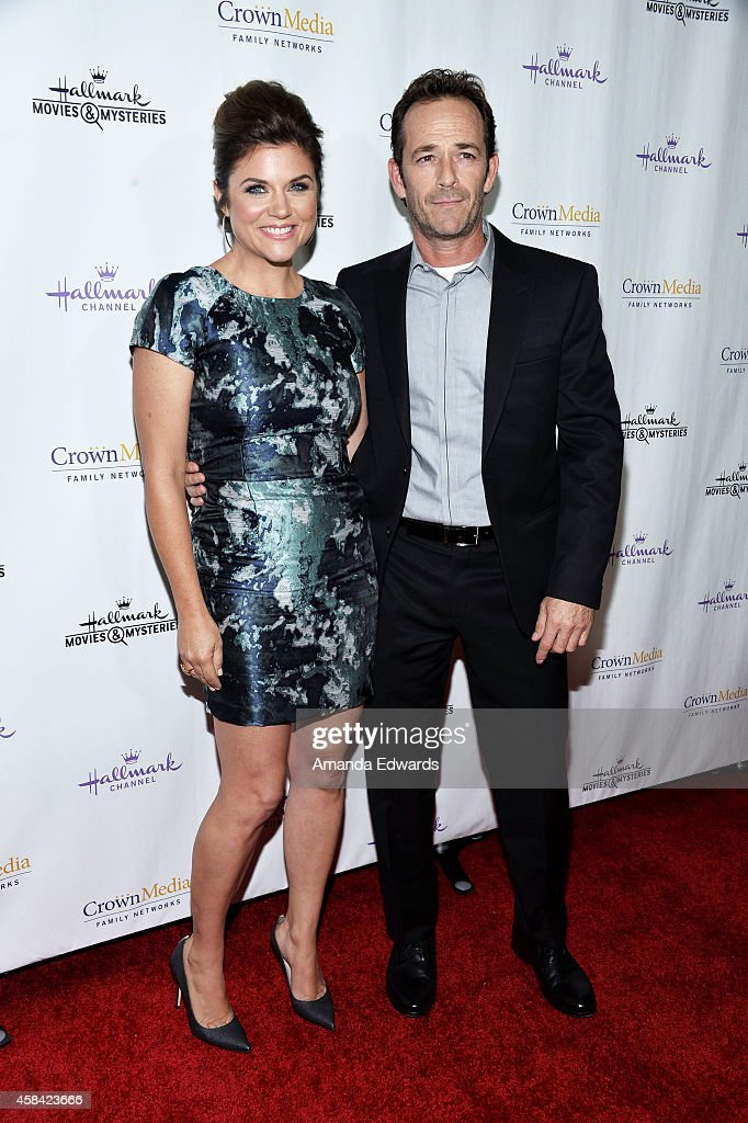 Actress <a gi-track='captionPersonalityLinkClicked' href=/galleries/search?phrase=Tiffani+Thiessen&family=editorial&specificpeople=221649 ng-click='$event.stopPropagation()'>Tiffani Thiessen</a> (L) and actor <a gi-track='captionPersonalityLinkClicked' href=/galleries/search?phrase=Luke+Perry&family=editorial&specificpeople=171633 ng-click='$event.stopPropagation()'>Luke Perry</a> arrive at the Hallmark Channel's Holiday Christmas world premiere screening of 'Northpole' at La Piazza Restaurant on November 4, 2014 in Los Angeles, California.
