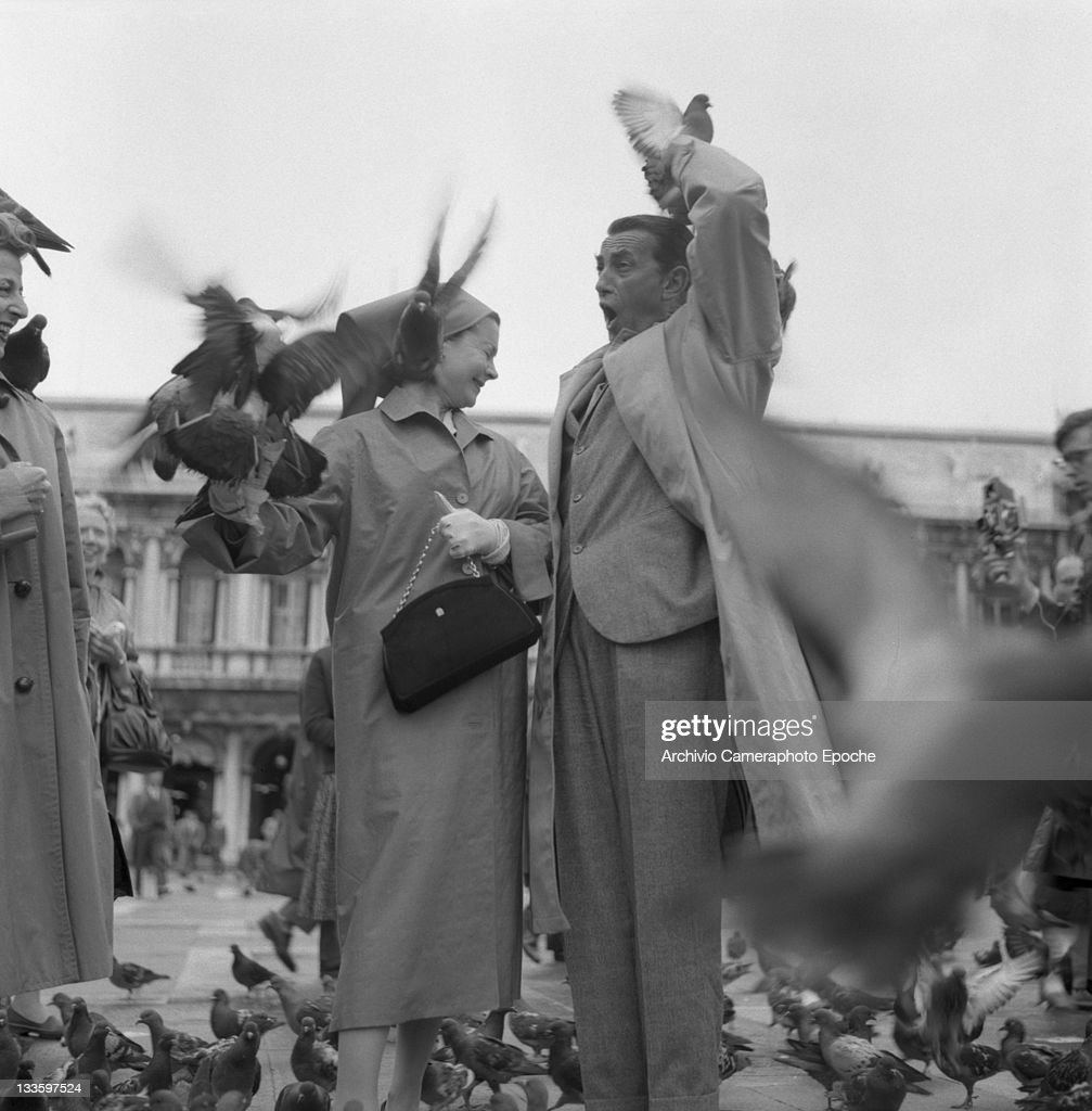 Actress <a gi-track='captionPersonalityLinkClicked' href=/galleries/search?phrase=Vivien+Leigh&family=editorial&specificpeople=203321 ng-click='$event.stopPropagation()'>Vivien Leigh</a> feeding pigeons in St. Mark Square, Venice, 1957.